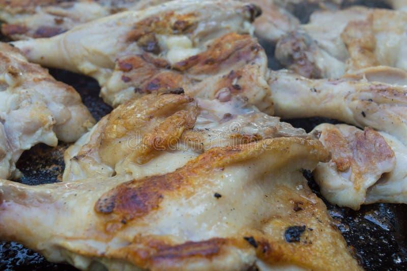 Piedini di pollo sulla griglia fotografia stock