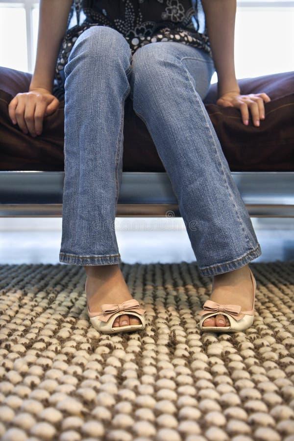 Piedini e piedi femminili. fotografie stock libere da diritti