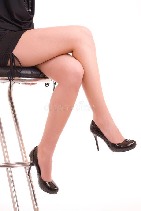 Piedini femminili eleganti in pattini classici immagine stock
