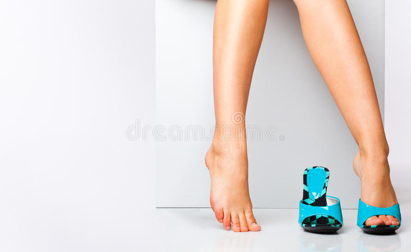 Piedini femminili in pattini di modo fotografia stock