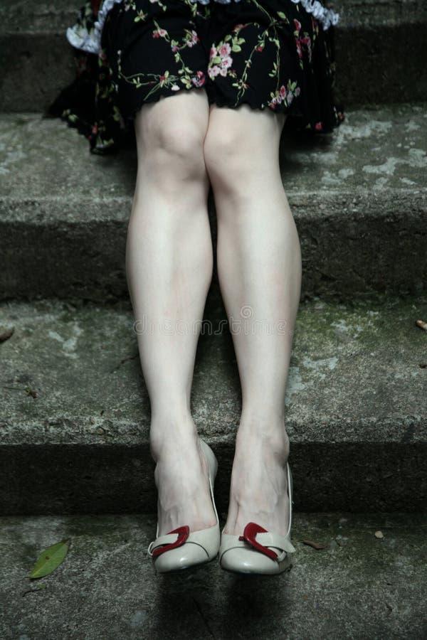 Piedini lunghi belli in talloni fotografia stock libera da diritti