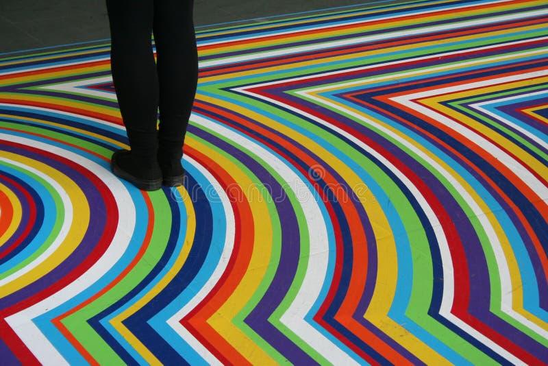 Piedini neri sulla pavimentazione multicolore di Moma fotografie stock libere da diritti