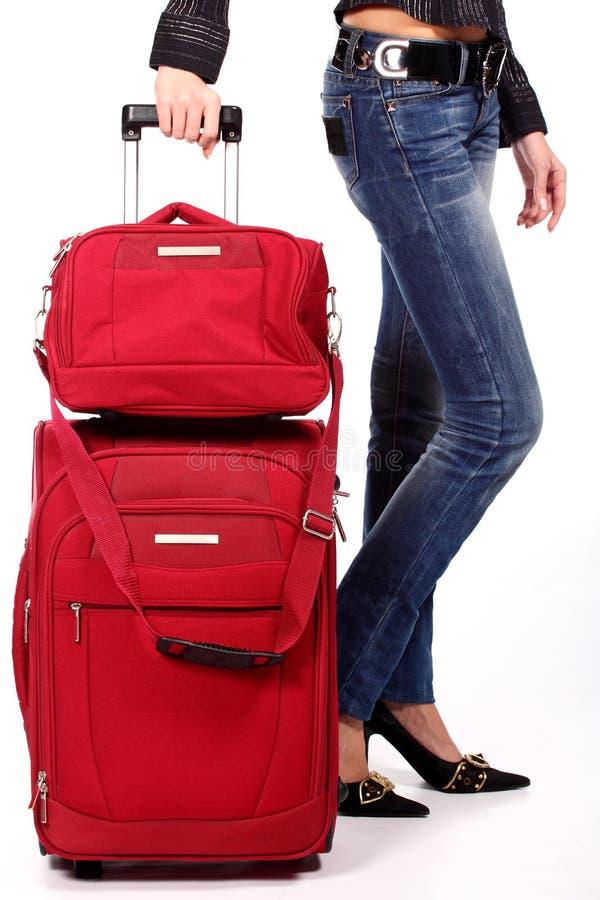 Piedini rossi delle donne e della valigia fotografie stock