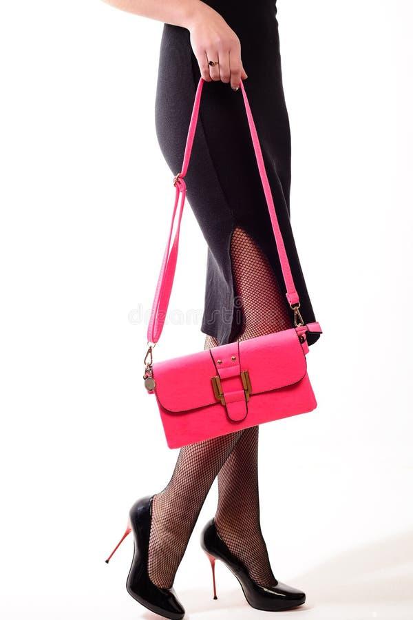 Piedini sexy della donna con la borsa Acquisto ed affare immagini stock libere da diritti