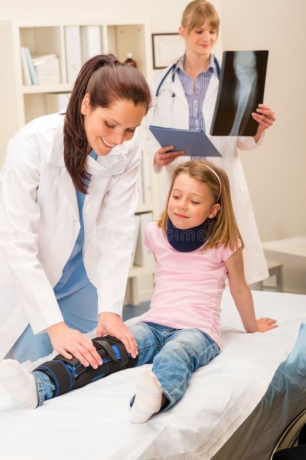 Piedino rotto d'esame della ragazza del pediatra immagine stock libera da diritti