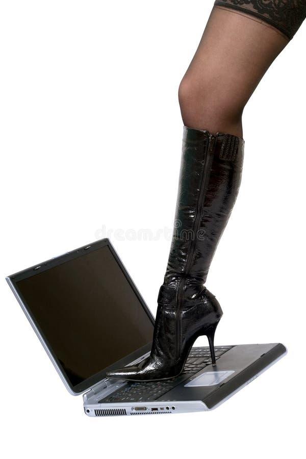 Piedino sexy sopra il computer portatile immagini stock