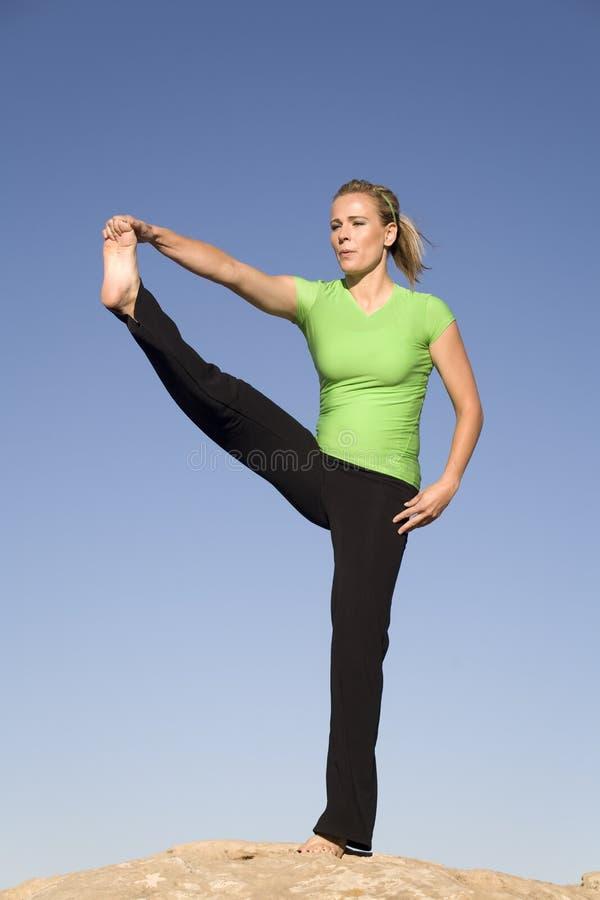 piedino su yoga della donna fotografia stock libera da diritti