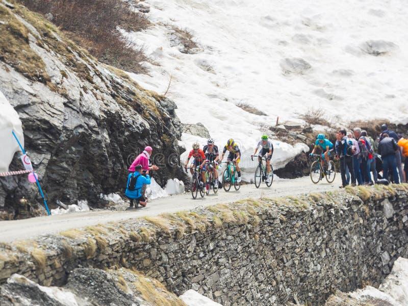 Piedmont, Italia 28 de mayo de 2018 Los ciclistas montan ascendente durante el giro internacional D ?Italia de la carrera de cicl imagen de archivo libre de regalías
