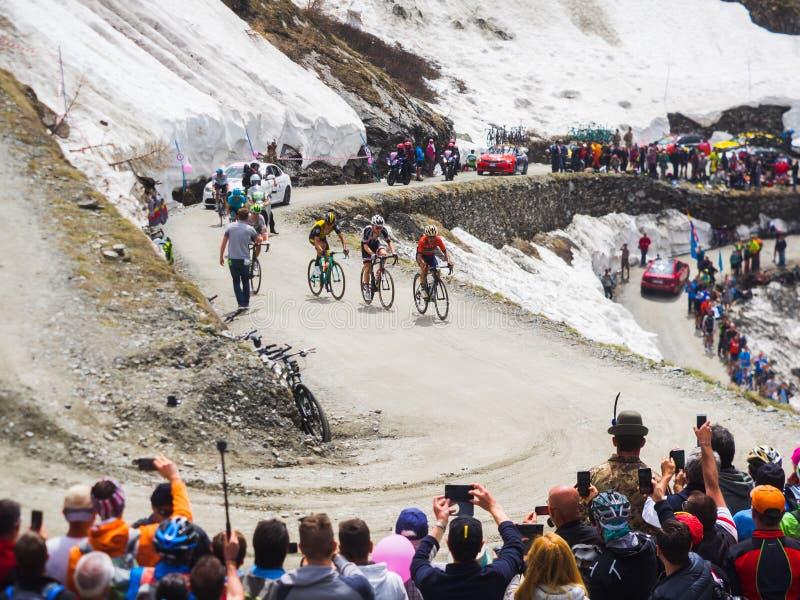 Piedmont, Italia 28 de mayo de 2018 Los ciclistas montan ascendente durante el giro internacional D ?Italia de la carrera de cicl imagen de archivo