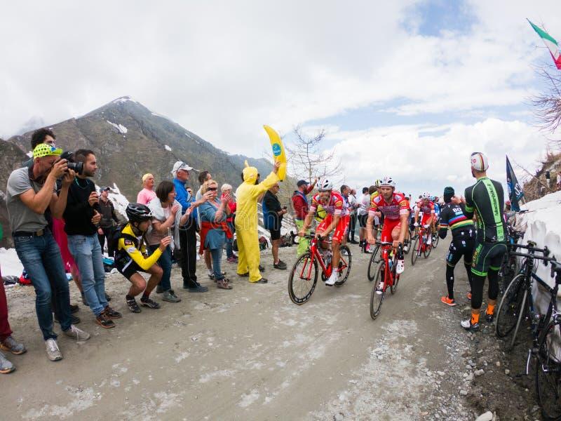 Piedmont, Italia 28 de mayo de 2018 Los ciclistas montan ascendente durante el giro internacional D ?Italia de la carrera de cicl fotografía de archivo libre de regalías
