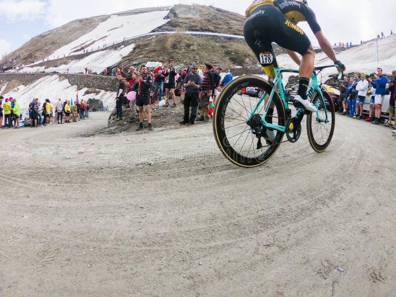 Piedmont, Italia 28 de mayo de 2018 Los ciclistas montan ascendente durante el giro internacional D ?Italia de la carrera de cicl fotografía de archivo