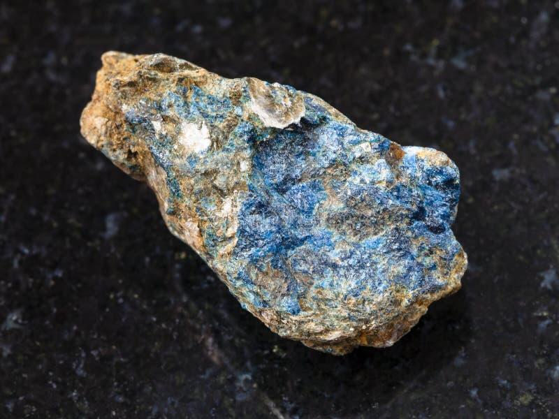 piedra áspera de Lazulite en fondo oscuro fotografía de archivo libre de regalías