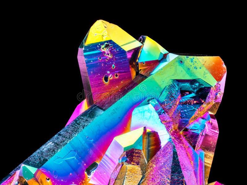 Piedra aguda extrema del racimo del cristal de cuarzo de la aureola del arco iris del titanio en fondo negro foto de archivo