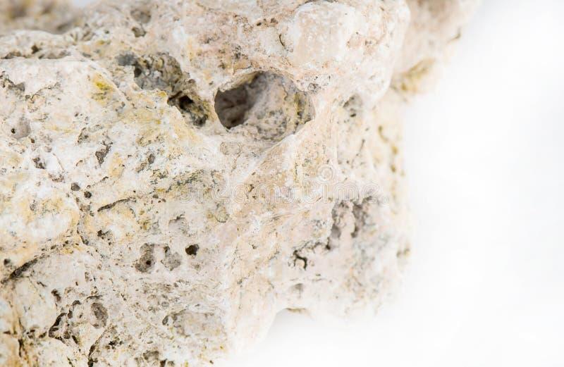 Piedra aislada en el fondo blanco, piedra natural con el envejecimiento fotografía de archivo