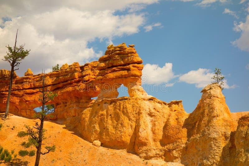 Piedra arenisca colorida en el desierto foto de archivo