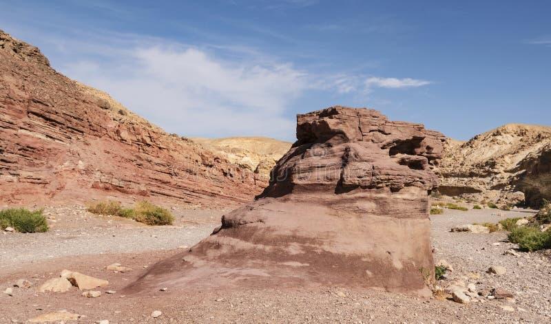 Piedra arenisca gigante Boulder cerca del barranco rojo en Israel fotos de archivo
