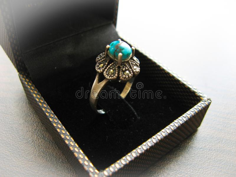 Piedra azul de la turquesa del anillo de plata Primer del anillo de plata adornado con la piedra azul de la turquesa fotos de archivo