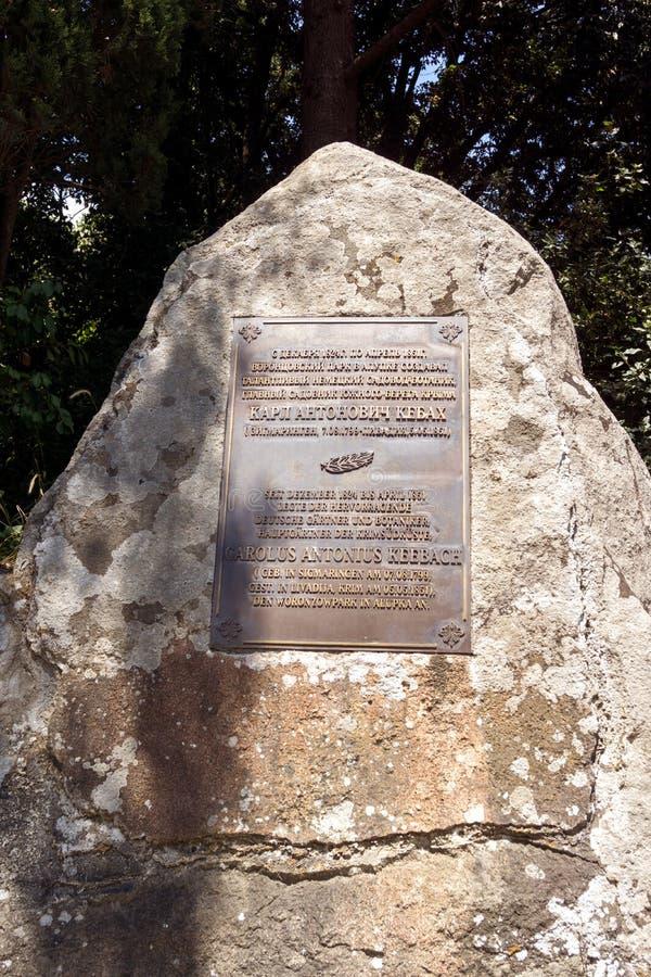 Piedra con una muestra sobre la creación del parque de Alupka imágenes de archivo libres de regalías