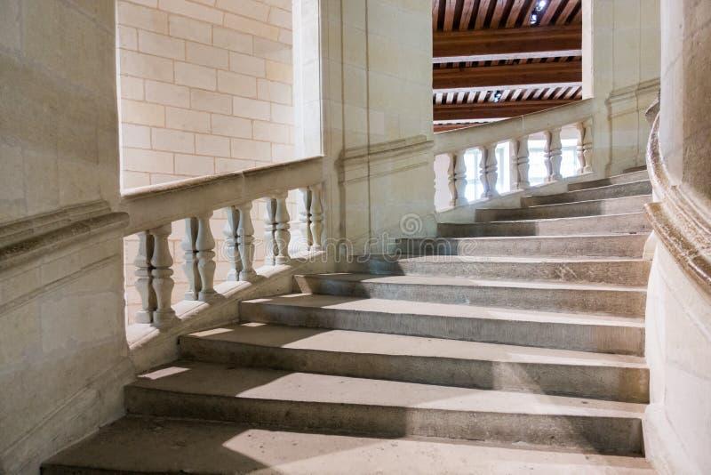 Piedra curvada arquitectónica de la barandilla de la escalera fotografía de archivo