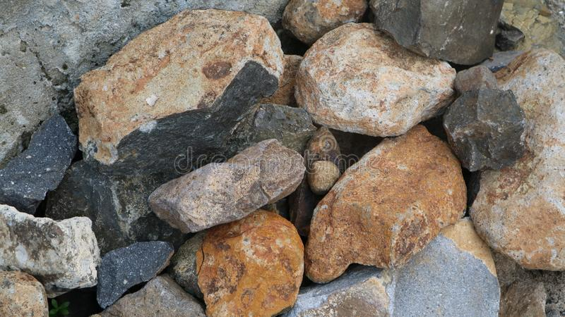 Piedra de la grava en la hierba verde imagen de archivo libre de regalías
