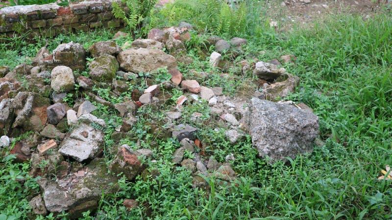 Piedra de la grava en la hierba verde fotografía de archivo