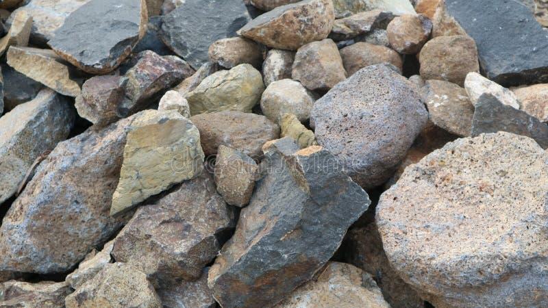 Piedra de la grava en la hierba verde fotos de archivo