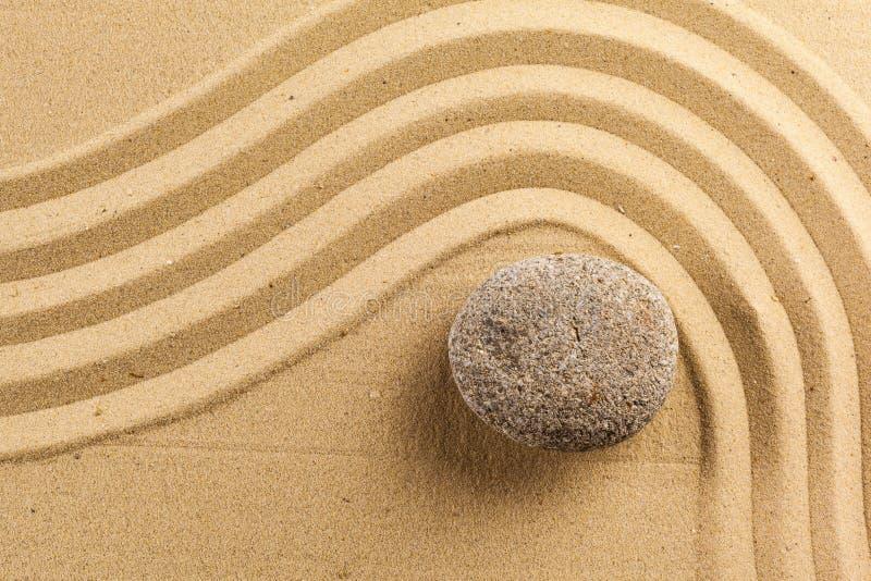 Piedra de la meditación del jardín del zen imágenes de archivo libres de regalías