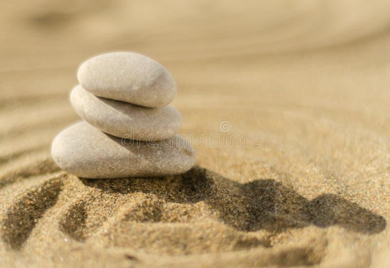 Piedra de la meditación del zen en arena, el concepto para la armonía de la pureza y el spi imagen de archivo