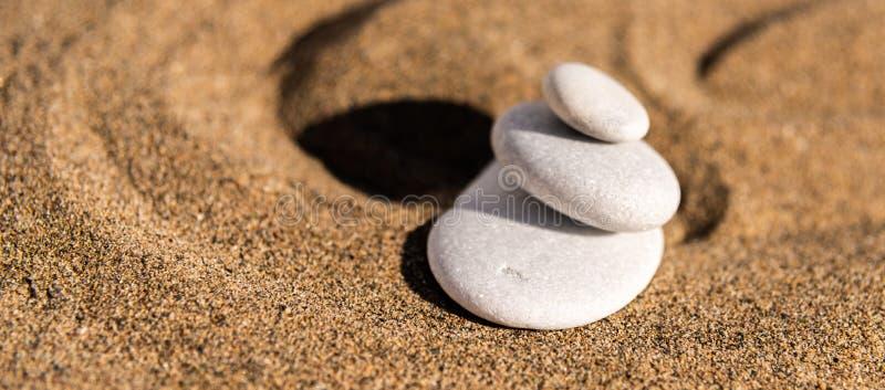 Piedra de la meditación del zen en arena, el concepto para la armonía de la pureza y el spi imágenes de archivo libres de regalías