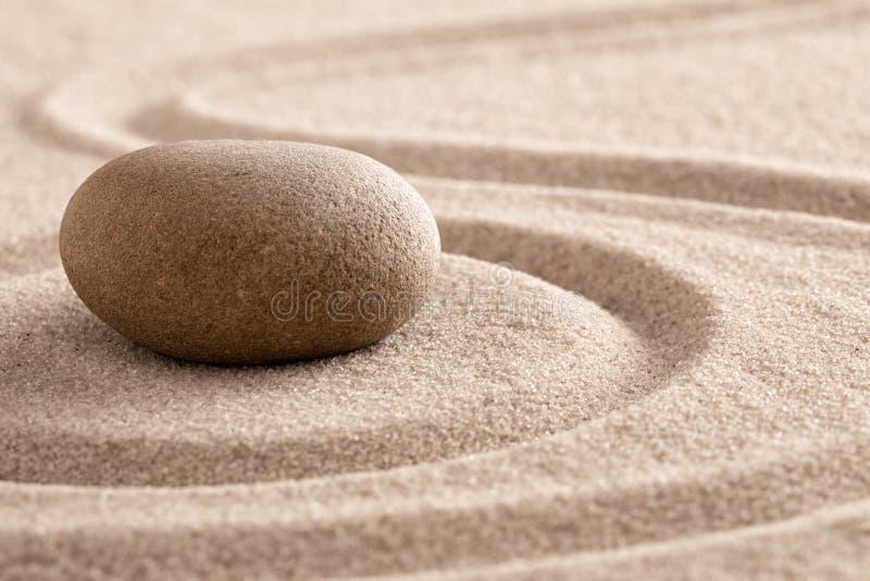 Piedra de la meditaci?n del zen y jard?n de la arena para el mindfulness imágenes de archivo libres de regalías