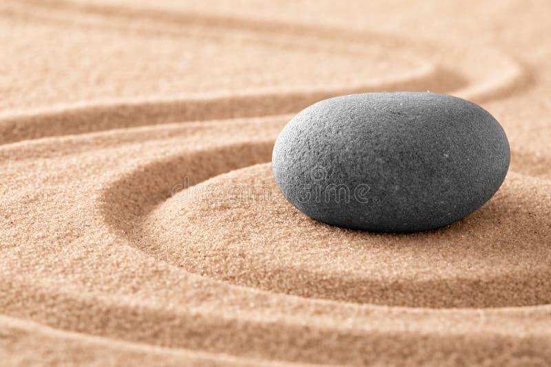 Piedra de la meditaci?n del zen y jard?n japoneses de la arena fotografía de archivo libre de regalías