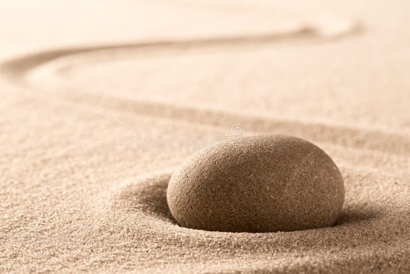 Piedra de la meditaci?n del zen y jard?n japoneses de la arena con la l?nea rastrillada fotografía de archivo