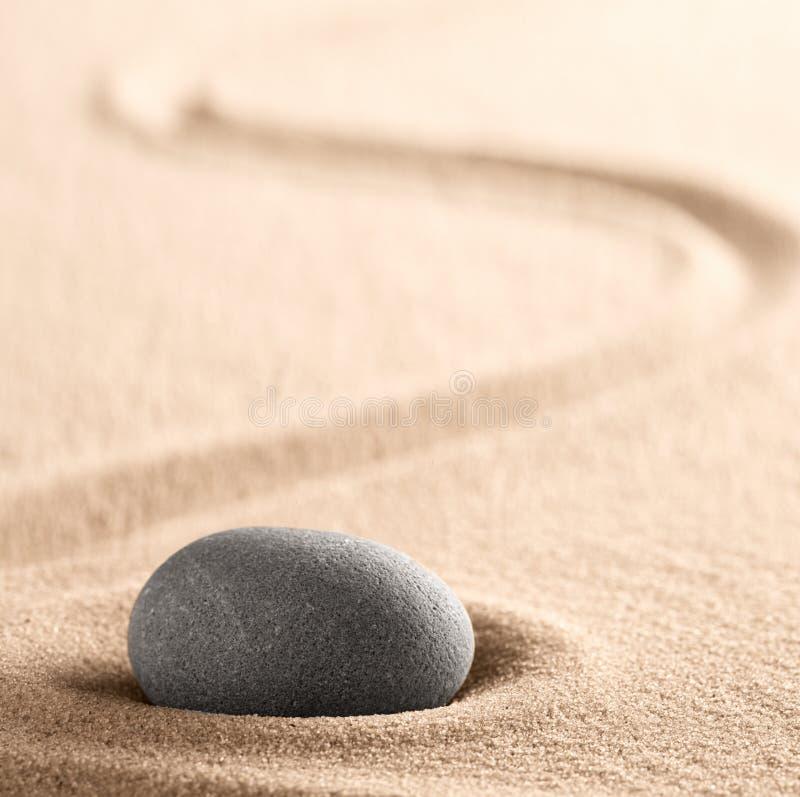 Piedra de la meditaci?n del zen y jard?n japoneses de la arena con la l?nea rastrillada imagen de archivo