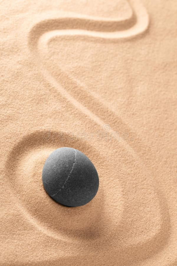 Piedra de la meditaci?n del zen y jard?n japoneses de la arena con la l?nea rastrillada fotos de archivo