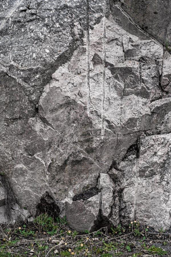 Piedra de la montaña e hierba verde Fondo Greenand gris Textura fotografía de archivo libre de regalías