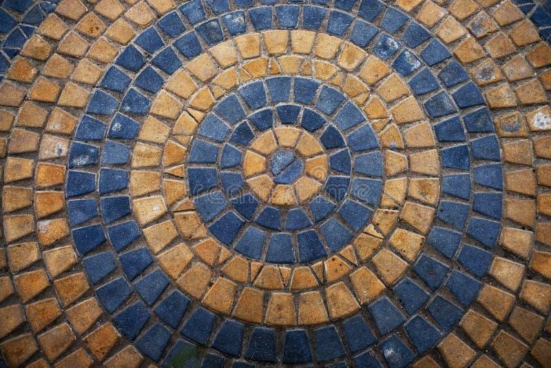 Piedra de pavimentaci?n hermosa redonda del amarillo y de Gray Ornamental Stones Floor ?rea decorativa redondeada moderna en el p imágenes de archivo libres de regalías