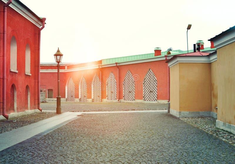 Piedra de pavimentación y edificio rojo fotos de archivo