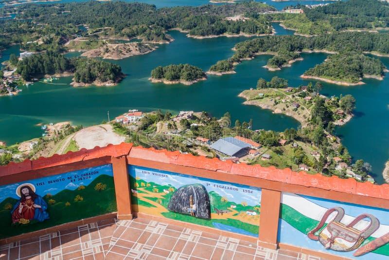 PIEDRA DE PENOL, COLOMBIA - 2 DE SEPTIEMBRE DE 2015: Vista aérea del lago de la presa de Guatape Penol de la roca de Piedra de Pe imagenes de archivo