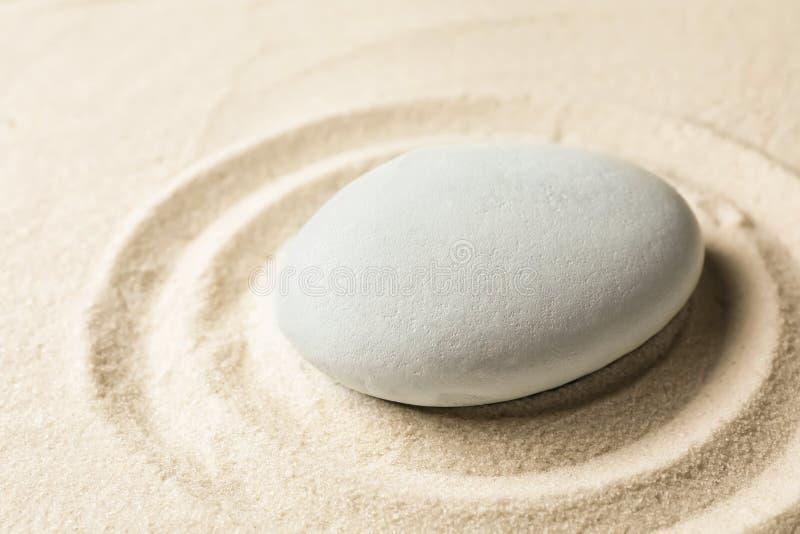 Piedra del jardín del zen en la arena con el modelo meditación imagen de archivo libre de regalías