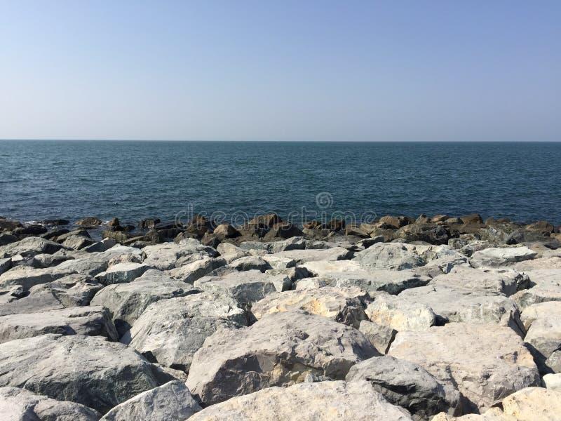 Piedra del mar del cielo imagenes de archivo