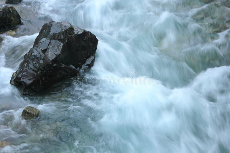 Piedra en corriente del río foto de archivo libre de regalías