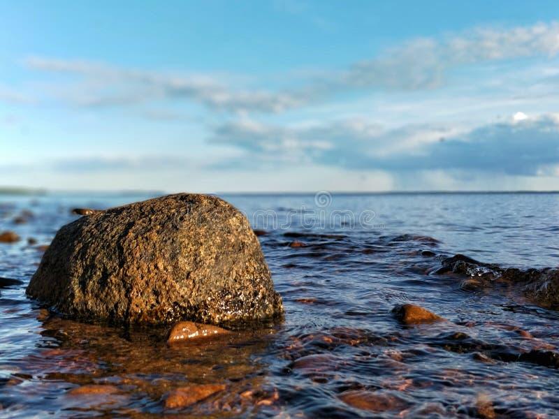 Piedra en el agua fotos de archivo
