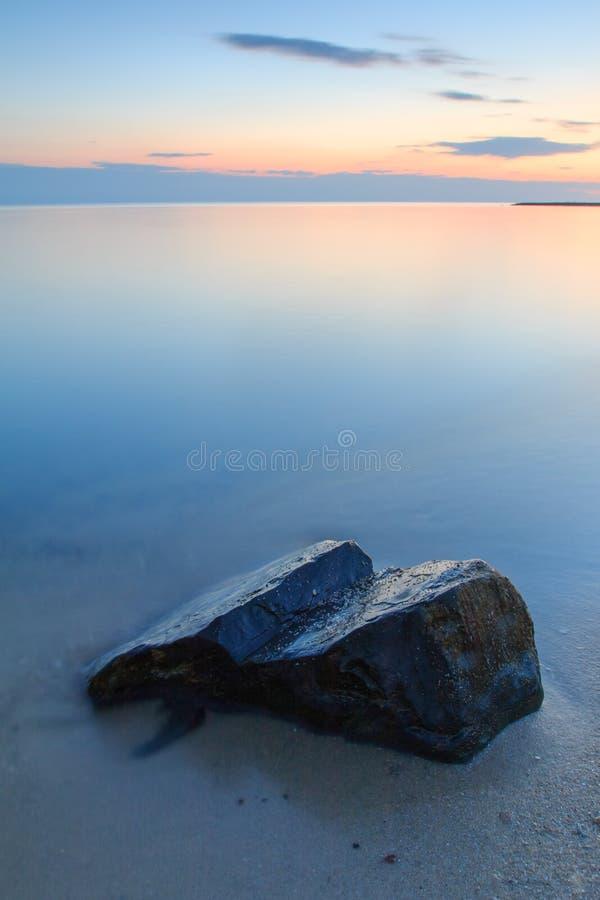 Piedra en el lago fotografía de archivo