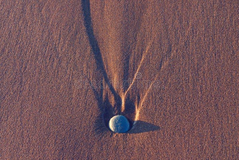 Piedra en la arena fotografía de archivo libre de regalías