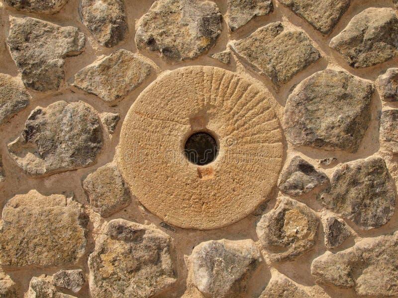 Piedra en pared pedregosa del material de la naturaleza, piedra rota de la marga, materiales del molino de agua de construcción t foto de archivo libre de regalías