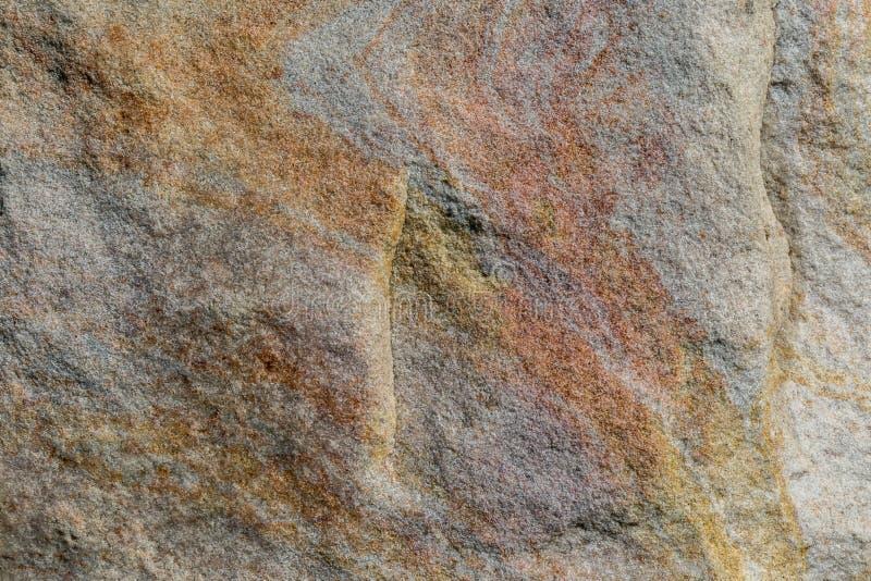 Piedra en un flanco, con algún alivio y líneas coloreadas imágenes de archivo libres de regalías