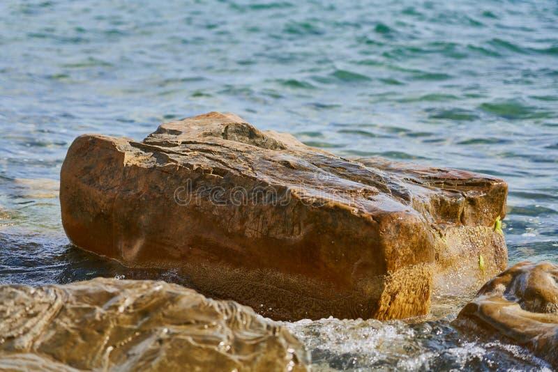 Piedra enorme hermosa en el fondo de la agua de mar El Mar Negro, Supseh, Anapa, región de Krasnodar, Rusia imágenes de archivo libres de regalías