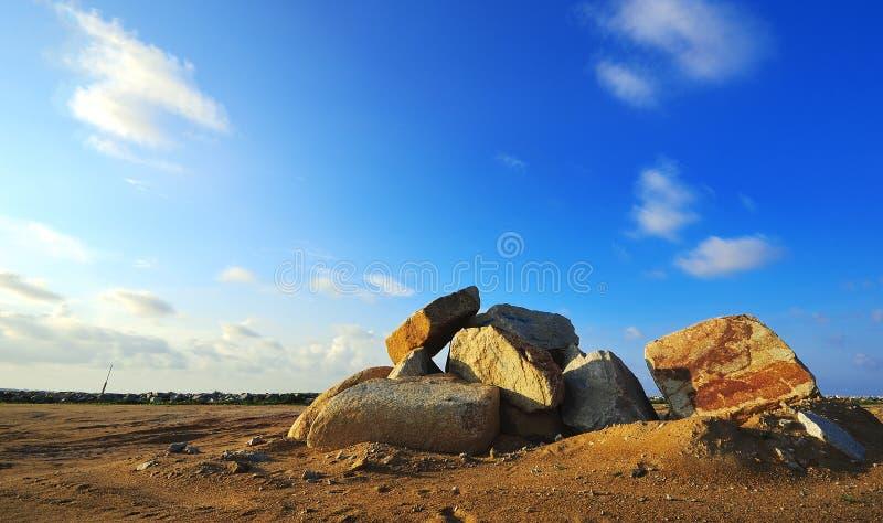 Piedra grande del canto rodado con el fondo del azul de cielo imagen de archivo libre de regalías