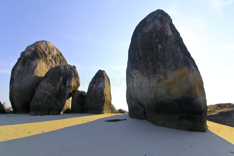 Piedra grande en el papel pintado de la playa fotografía de archivo