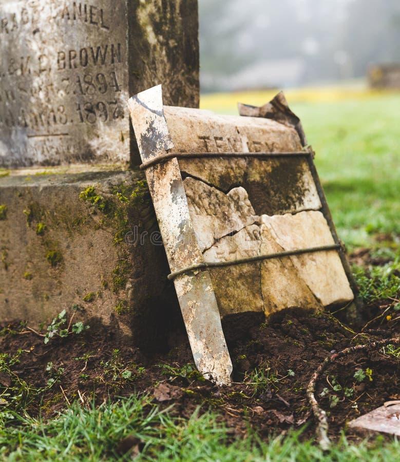 Piedra grave en el cementerio fotos de archivo